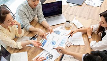 자활사업안내-책상에서 회의중인 이미지